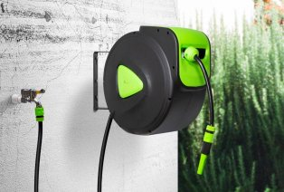 Wall reel with roll-up garden hose