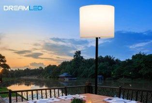 Lámpara de pie para uso en interiores o exteriores