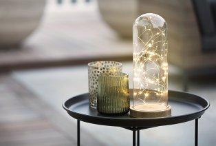Cloche en verre avec base en bois et guirlande LED